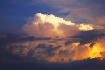 夕陽に染まる積乱雲