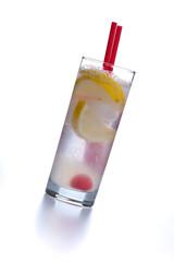 Ein kühler Cocktail mit Soda und Zitrone