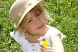 Mädchen schenkt Blumen