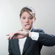 femme paniquée devant sa montre