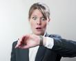 businesswoman paniquée en regardant sa montre