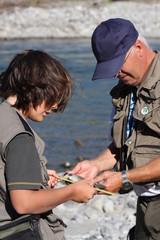 jeune garçon et son grand-père à la pêche à la truite