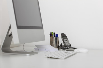 Moderner Arbeitsplatz mit Computer im Büro