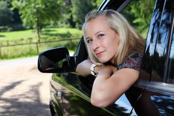 junge frau schaut aus einem auto