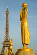 Statue mit Eiffelturm