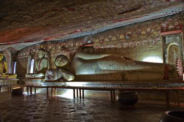 Dambullah, Felsentempel, liegender Buddah, Restauration  UNESCO