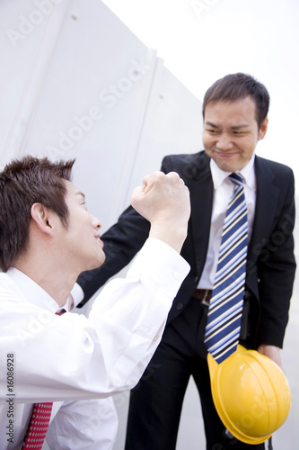 ガッツポーズをするビジネスマン