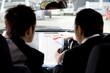 車内で資料を確認するビジネスマン