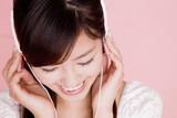 Fototapety ヘッドホンで音楽を聴く女性