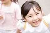 笑顔で走る女の子