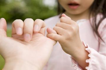 指きりをする女の子の手元