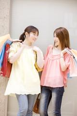 ショッピングを楽しむ2人女性
