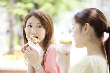 クレープを食べる2人の女性