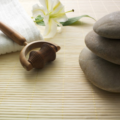 pierre en équilibre lys et objet de massage