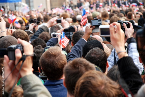 Crowd of people taking pictures - 16106576