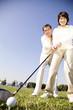 ゴルフを練習している夫婦
