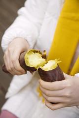 焼き芋を割る手
