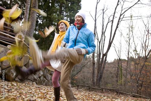 散歩をするカップル