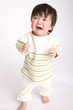 泣きながら歩く赤ちゃん