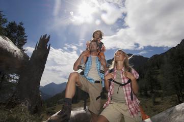 Österreich, Salzburger Land, Paar mit Sohn beim Wandern