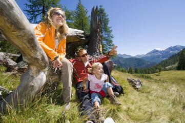 Österreich, Salzburger Land, Ehepaar mit Tochter bei einer Pause