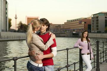 Paar umarmt sich am Fluss