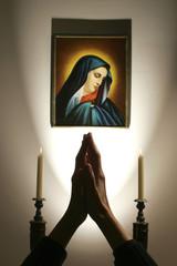 Betende Hände vor Madonna