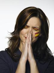 Frau mit spanischer Flagge, gemalt auf Gesicht, Fußballfan