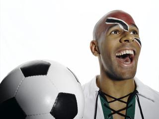 Fußballfan mit Trinidad und Tobago Flagge auf Gesicht gemalt