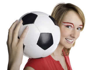 Frau mit österreichischer Flagge auf Augenbrauen, hält Fußball