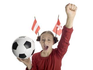 Mädchen, Kind hält Fußball, mit österreichischer und schweizer Flagge im Haar