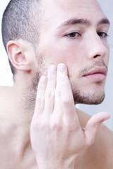 Mann mit Gesichtscreme