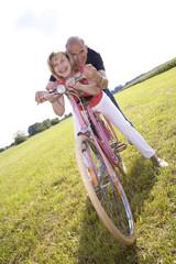 Älteres Ehepaar beim Fahrrad fahren