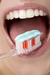 Junge Frau putzt sich die Zähne