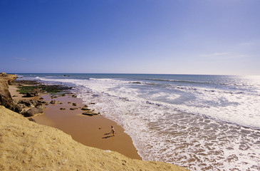 Portugal, Algarve, zwei Jungen rennen Strand