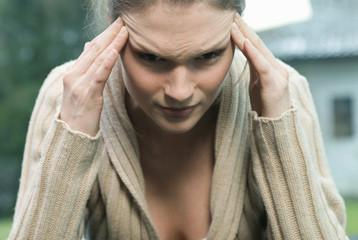Frau leidet unter Kopfschmerzen
