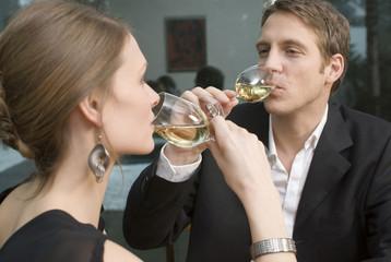 Junges Paar trinken Weißwein