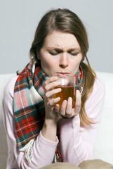 Frau jung mit Teetasse mit beiden Händen