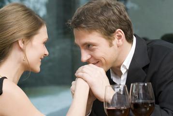 Mann küssen auf die Hand der Frau
