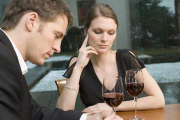 Paar trinken Rotwein unglücklich