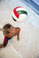 Junger Mann treten Ball mit Kopf