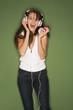 Frau jung Hören von Musik aus MP3-Player