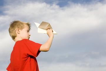 Junge mit dem Papierflugzeug close-up