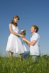 Deutschland, Bayern, Junges Paar, Mann mit Blumenstrauß
