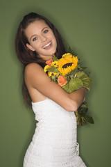 Frau jung mit Blumenstrauß, Portrait