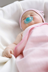 Baby schlafen mit Schnuller, close-up