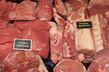 Spanferkel und Kalbfleisch in Metzgerei