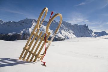 Schweiz, Graubünden, Savognin, Winterlandschaft mit Schlitten