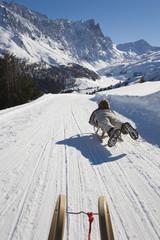 Schweiz, Graubünden, Savognin, Junge Rodeln, Rückansicht