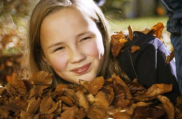 Mädchen mit Herbstlaub, Portrait